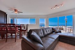Mission Beach Vacation Rental - Downstairs Oceanfront Living Room
