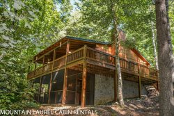 PAPA BEAR`S DEN- 3 BEDROOM 3 BATH CABIN IN THE BEAUTIFUL ASKA ADVENTURE AREA, SLEEPS 6, HOT TUB, FIRE PIT, WOOD BURNING FIREPLACE, SAT TV, PET FRIENDLY, WIFI, STARTING AT $135!