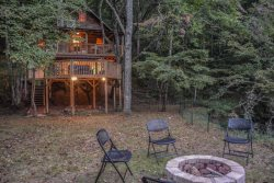 CREEKSIDE HAVEN- ADORABLE 2 BEDROOM/1 BATH PRIVATE CABIN ON A CREEK! SLEEPS 5, HOT TUB, GAS GRILL, OUTDOOR FIRE PIT, GAS LOG FIREPLACE, WIFI, FLAT SCREEN SAT TVS WITH NETFLIX, NO PETS PERMITTED, STARTING AT $125 A NIGHT!