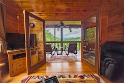 SUNSET SERENITY-3 BEDROOM/3 BATHROOM, BREATHTAKING MOUNTAIN VIEW, HOT TUB, WIFI, SCREENED PORCH, GAS FIREPLACE, ROCKING CHAIRS, NO PETS, STARTING AT $160/NIGHT!