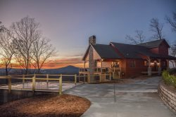 HEAVENLY OUTLOOK- 5 BEDROOM / 4.5 BATHROOM, SLEEPS 14, 2 OUTDOOR FIREPLACES, 2 INDOOR FIREPLACES,  WIFI, CABLE TV, FLAT SCREEN TVS, 3 KING BEDS, 2 QUEEN BUNK BEDS, HOT TUB, COMMUNITY SWIMMING POOL AND BOAT RAMP TO  NOTTLEY LAKE, STARTING AT $400/NIGHT!