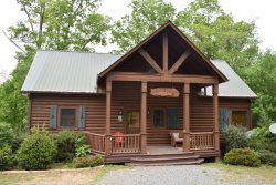 RUNABOUT TROUT LODGE-3BR/2.5BA CABIN ON THE TOCCOA RIVER,SLEEPS 12, EXCELLENT FISHING, WIFI, INDOOR/OUTDOOR FIREPLACES, HOT TUB, JETTED TUB, POOL TABLE, AIR HOCKEY, PAVILION WITH CHARCOAL GRILL AND PICNIC TABLE, PET FRIENDLY STARTING AT $225/NIGHT!