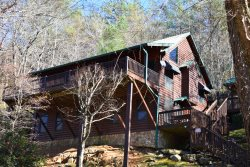 TOCCOA FISH TALES- 3BR/2BA CABIN ON THE TOCCOA RIVER TAILWATERS, WALKING DISTANCE TO TOCCOA RIVER RESORT,HOT TUB, FOOSBALL, GRILL, WIFI, JETTED TUB, NOT TO MENTION EXCELLENT FISHING! STARTING AT $200/NIGHT!