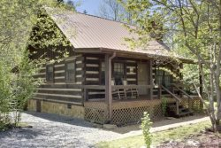 MIMI`S HIDEAWAY- 2BR/1.5BA LOG CABIN ON A CREEK AND LAKE, SCREENED PORCH, WOOD BURNING FIREPLACE, WITHIN WALKING DISTANCE OF BEAR LAKE LODGE, MOTORCYCLE FRIENDLY! STARTING AT $99/NIGHT!