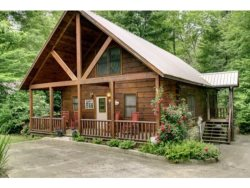 CREEKSIDE COMFORT- 2BR(PLUS LOFT)/2BA- CABIN JUST FEET FROM FIGHTINGTOWN CREEK SLEEPS 8, GAS LOG FIREPLACE, AND FIREPIT! STARTING AT $125 A NIGHT