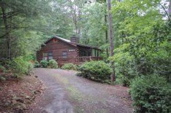 WINDCHIME- 2BR/1BA, SLEEPS 6, HOT TUB, WOODBURNING FIREPLACE,WASHER/DRYER, WINDOW A/C, CHARCOAL GRILL, PET FRIENDLY, WALKING DISTANCE TO MAJESTIC PINES, STARTING AT $99/NIGHT!