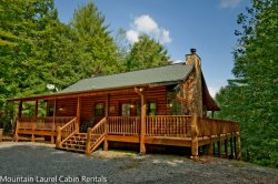LAZY BEAR LODGE- 4BR/2BA- CABIN SLEEPS 10- WIFI, POOL TABLE, FIRE PIT, WOOD BURNING FIREPLACE, HOT TUB, AND GAS GRILL! STARTING AT $175 A NIGHT!