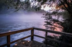 MISTY RIVER- 2BR/2BA CABIN ON THE TOCCOA RIVER, HOT TUB, WIFI, PET FRIENDLY, FIRE PIT, WOOD BURNING FIRE PLACE, GAS GRILL, SLEEPS 4, STARTING AT $135 A NIGHT!