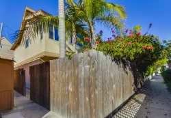 Donna`s Beach Retreat: One Block from Bay and Ocean, Fenced Yard, Outdoor Table, BBQ, Bikes, WiFi