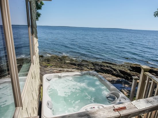 The 6 person hot tub - Ready to enjoy - Included May 1 through November 1 only