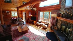 River Chant Lodge - Upper Valley, Hot Tub, On The River, WiFi, Satellite, Log Cabin Interior and Decor! Washer/Dryer, Large Deck, Two Wood Burning Fireplaces, Fire Pit, Very Quiet Area! Plenty of Parking!!