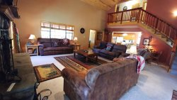 ELK RUN- HOT TUB-Upper Valley,  WiFi, Satellite, Large Floor Plan for Large Groups!! New Outdoor Fire Pit with Seating! Washer/Dryer, Covered Decks, Gas Grill,  Wood Burning Fireplace, Few Neighbors