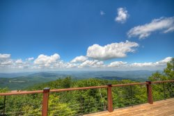 4BR Log Cabin on Beech Mountain (Sleeps 10), Huge Multi-Mile Views, Open Floor Plan with View Windows, Hot Tub