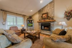 5BR Scenic View, Spacious Deck Areas, Hot Tub, Minutes to Banner Elk, Beech Mountain, Sugar Mountain, Stocked Kitchen
