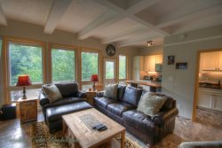 The Cozy Chalet - Remodeled 2BR/2BA Ski Condo Short Walk / View of the Slopes on Beech Mountain, Queen suite + Full and Twin
