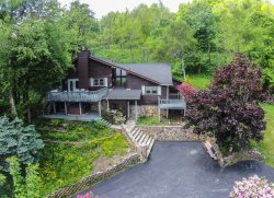 4BR Cozy Mountain Getaway sits above Boone with Long Range View, Hot Tub, King Suite