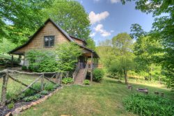 Impeccably Comfortable 3BR Valle Crucis Cabin with Hot Tub and Fire Pit, ideal for your Mountain Getaway!