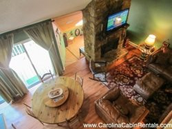 3BR Cabin, Beautifully Remodeled, Walking From the Slopes, Foosball Table, Flat Screen TV, Two King Suites, Deck