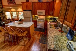 4BR (+Loft) Cabin with Hot Tub, Pool Table, Leather, Spectacular Views of Grandfather Mountain!