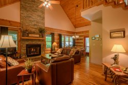3BR Cabin, 90 Foot Waterfall, 2 Levels of Wraparound Decks, Hot Tub, 2 King Suites, 2 Living Rooms, Designer Decor