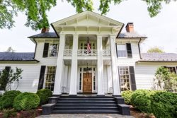 Glenmore Manor House:: Located 15 min east of town. This historical Keswick home is the original manor home built in 1724
