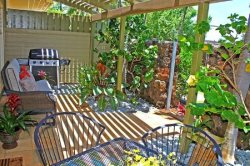 Makanui Bungalow: Unique Two-Story Guesthouse w/Ocean-View Near Beaches FREE mid-size car.