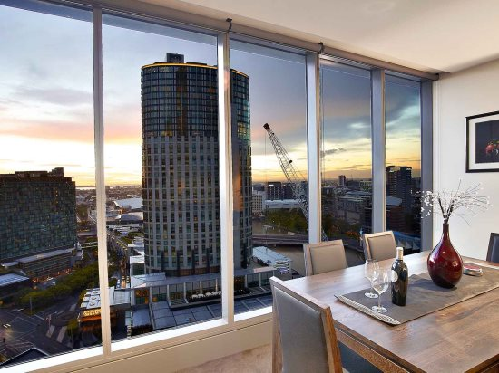 Glorious Views of Melbourne City Skyline from the Apartment