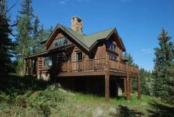 Log home with mountain charm combined with luxury log furnishings