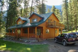 Luxury vacation rental with beautiful open log-work
