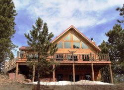 Royal Straight Cabin-Private lot with awesome views, hot tub, foosball, sleeps 17