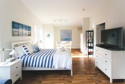 Stylish fully renovated Suite close to the Drake and lake