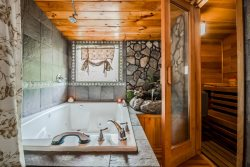 Creek View Deluxe 2Br 2Ba Cabin, Cedar Sauna, Endless Hot water for the King Arthur Jacuzzi Tub, WiFi