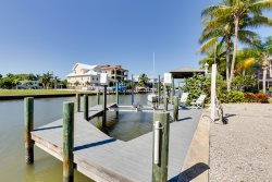 Dockside Dream amazingly beautiful 2 BR upper suite - short walk to the Pier MARCH 18 ON SALE!
