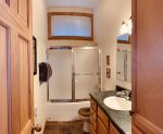 Palisade Pines: Upstairs Shared Bathroom