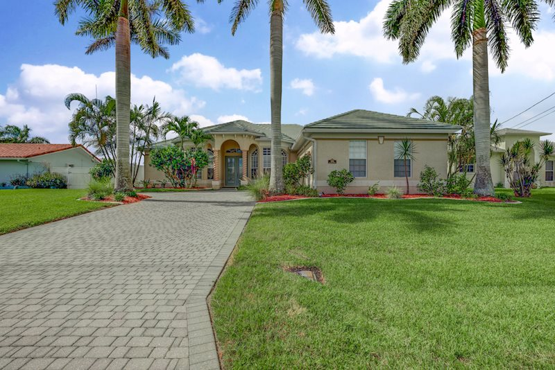 Stupendous Seas The Day Cape Coral Luxury Rentals Cape Coral Home Interior And Landscaping Spoatsignezvosmurscom