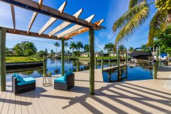 The Shores -Luxury Vacation Home - Chef's Kitchen - Comfortable Lounge Area