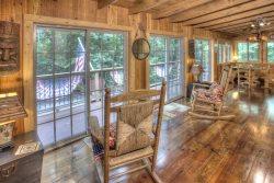 Delaine's Retreat - Beautiful and Rustic 3 Bedroom Cabin in the Heart of Alpine Helen