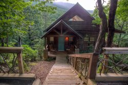 Big Sky - Luxury Vacation Cabin Nestled with Stunning Views of Mt Yonah
