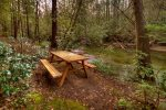 Reel Creek Lodge - Picnic Table Overlooking Fightingtown Creek