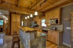 Reel Creek Lodge - Breakfast Bar and Fully Equipped Kitchen