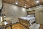 A Stoney River -Lower Level Queen Bedroom