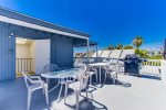 Shared roof top deck with pleanty of seating in the sun - South Mission Beach, San Diego Vacation Rental
