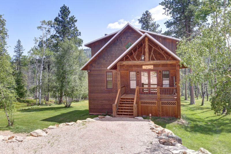 windows in for cabins spearfish black cabin entrance front bedroom hills three the rental fever rent