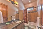 Utah Lodging / Fairways 49 / Main Level / 2nd Bathroom