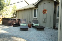 Sisters Vacation Home Rental back patio