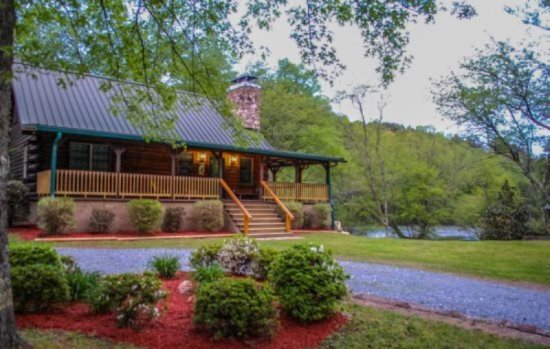 TOCOZY CABIN RETREAT  3BR/2BA  CABIN WITH LARGE FLAT YARD AND UNIQUE ACCESS  TO THE TOCCOA RIVER, WIFI, CABLE TV, HOT TUB, GAS GRILL, FOOSBALL TABLE, ...