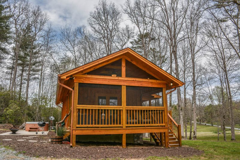 LAUREL ESCAPE  1 BEDROOM/1 BATH LUXURY TINY HOUSE IN A TRANQUIL SPA LIKE  SETTING. HOT TUB, WIFI, FIRE PIT, PET FRIENDLY, CHARCOAL GRILL, SAT TV,  SLEEPS 2, ...