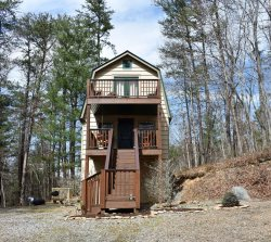 LITTLE BIT OF HEAVEN: Adorable 2BR/1BA. Private Wooded Cabin, Pet Friendly, Satellite TV, Outdoor Fire Pit, Gas Log Fireplace, Sleeps 6. Starting at $79 a night!