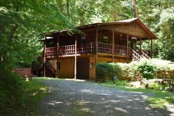 CHATTAHOOCHEE CHILLIN:  3BR/2BA, Sleeps 8, Path to Benton Mackaye Hiking Trail leading to the Toccoa River Swinging Bridge, Pet Friendly, Gas Grill, Hot Tub, Motorcycle Friendly, Mountain View, Secluded, Wooded View, WiFi,  Starting at $100/night!