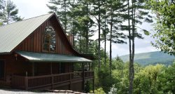 LIVIN'ON THE EDGE:  3BR/3BA, Sleeps 8-10, Fire-Pit, Foosball, Pool Table, Hot Tub, WiFi, Pet Friendly, Gas Grill, Mountain View, Screened Porch, Wooded View, starting at $140 a night!